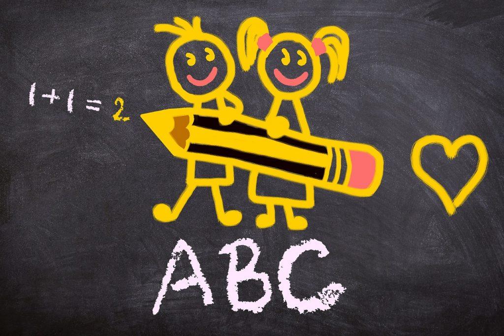 Auf einer Kreidetafel sieht man zwei gelbe Strichmännchen mit einem Stift in der Hand