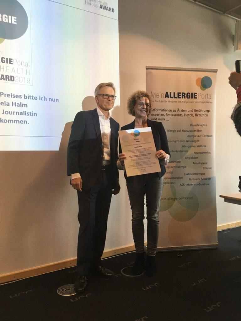 Mathias Colli von Ecarf übergibt Urkunde an Daniela Halm im Kongresscentrum Hannover